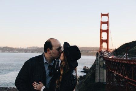 Foto: Unsplash, par som kysser vid bro.