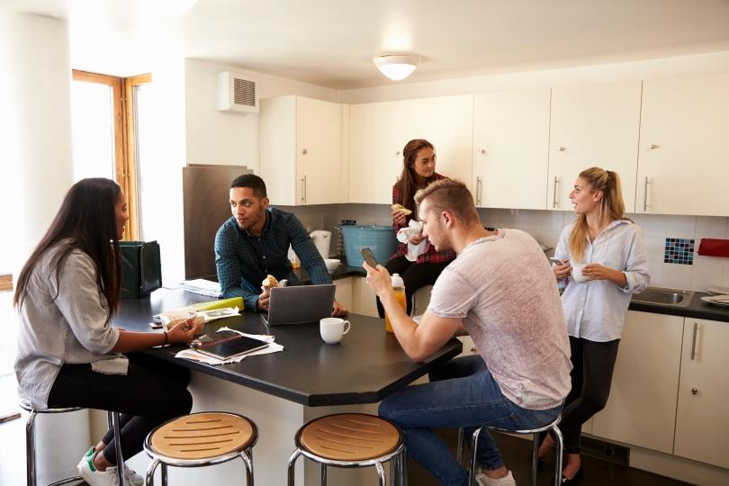 Så fick jag studentbostad. Studenter pratar i gemensamt kök.