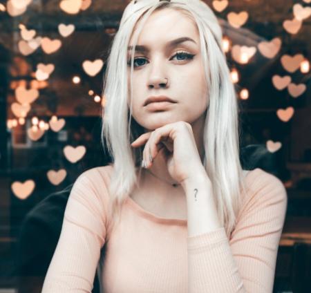 Flicka funderar över förstahandskontrakt